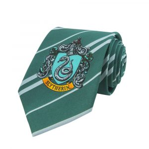 Harry Potter lliga l'escut de la casa de Slytherin